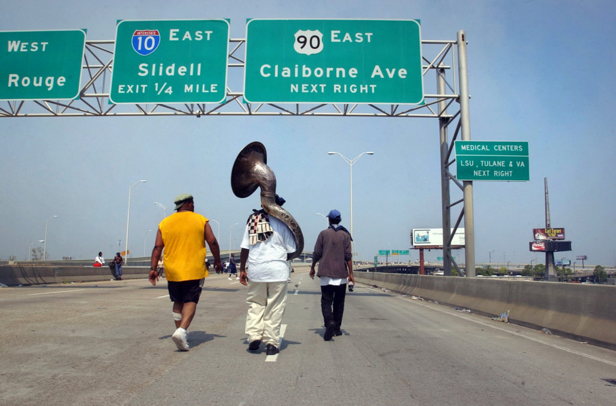 MARK SMITH    HURRICANE KATRINA VICTIMS WALK ON INTERSTATE